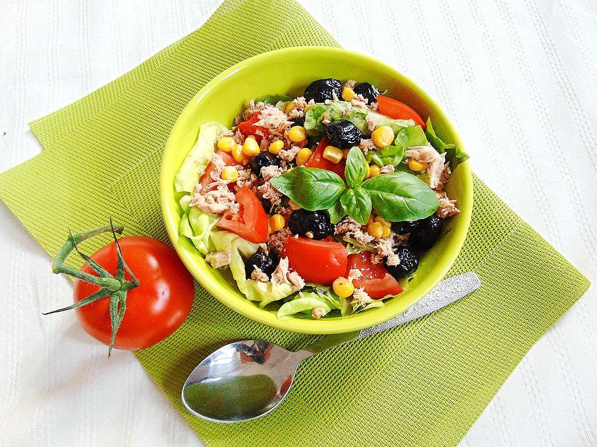 Sałatka: pomidory, tuńczyk,