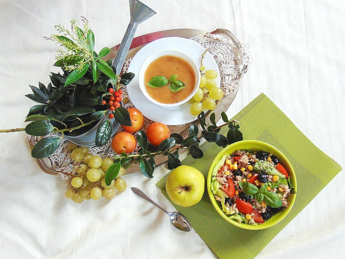 Sałatka: pomidory, tuńczyk, oliwki, kukurydza, sałata.