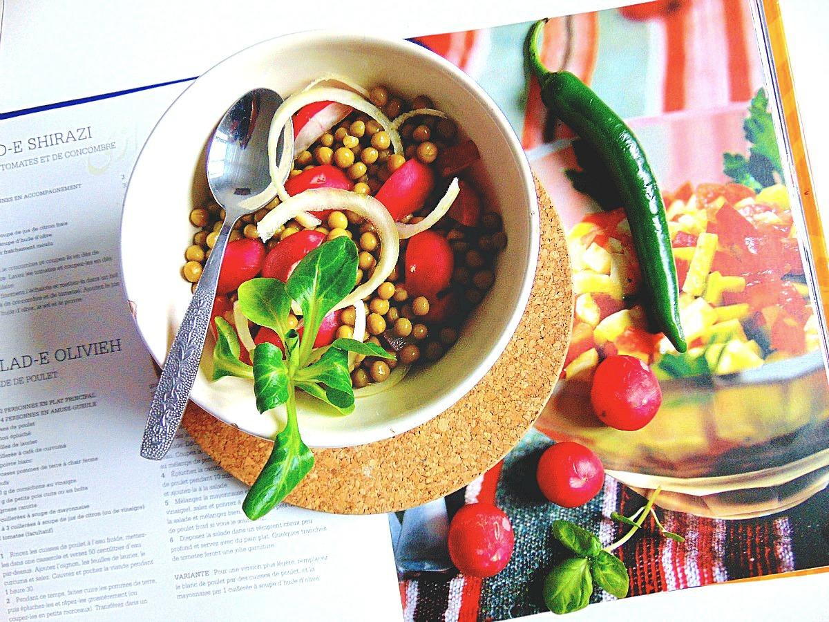 Jak zdrowo się odżywiać? Korzystaj z warzyw.  Bo mamy całe bogactwo warzyw.      Oprócz wielobarwnych warzyw warto również włączyć do naszej  diety rośliny strączkowe takie jak fasolka, groszek, soczewicza. Są one wspaniałym źródłem białek (protein), magnezu i fitoestrogenów.
