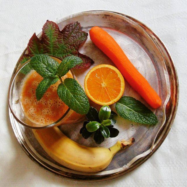 Wspaniae energetyzujce i poprawiajce humor smoothie pomaracza marchewka banan Bombahellip