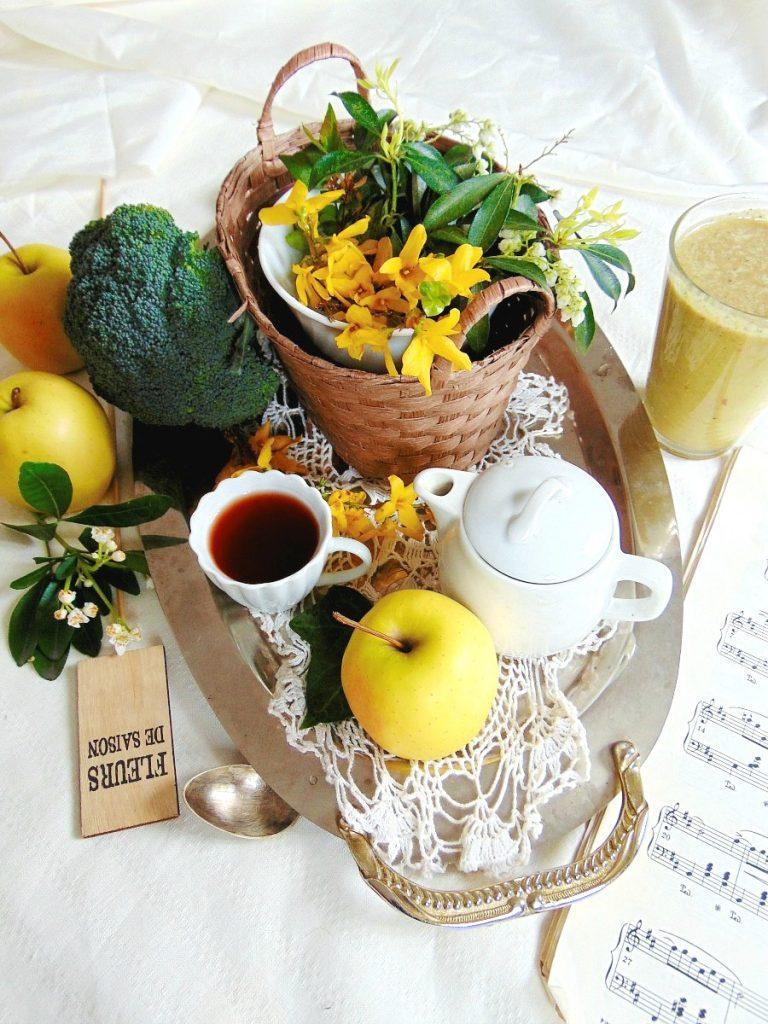 SMOOTHIE  brokuły, koktajle odchudzające, koktajle warzywne Moje proporcje brokułowego smoothie.      1-2 jabłka,     1 pomarańcza,     3 banany,     garść wstępnie pokrojonego brokuła.