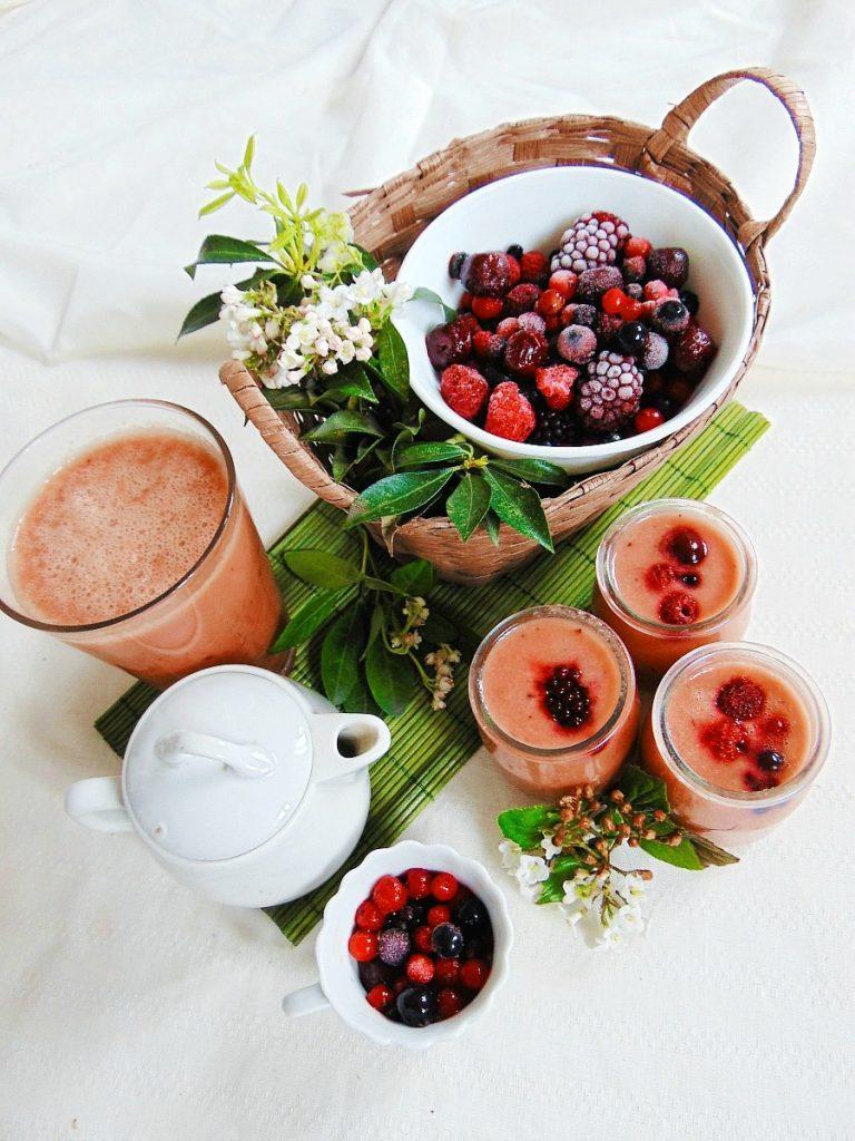 przepisy na smoothie malinowe smoothie. Składniki:  Potrzebne nam będą:      garść mrożonych malin, czy mieszaniny owoców leśnych,     2-3 banany,     1 jabłko,     1 pomarańcza.  Dopełniamy mlekiem ryżowym. Miskujemy w blenderze.  A dalej rozkoszujemy się boskim smakiem tego smoothie.
