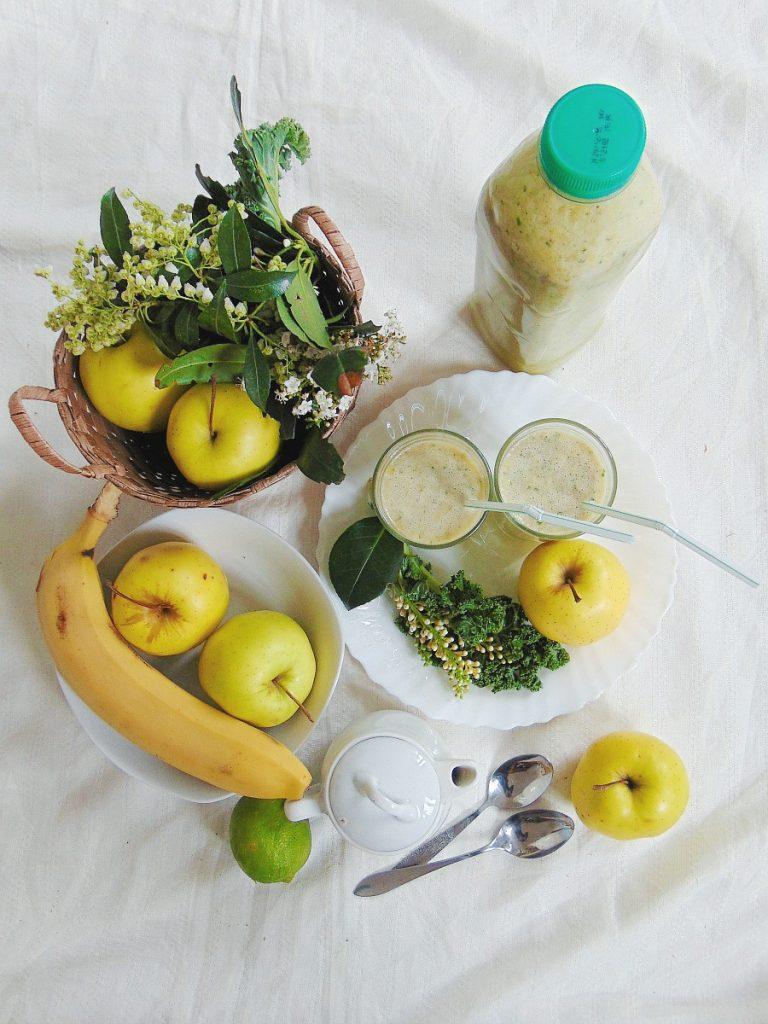 koktajl z jarmużu. Porcja na 1,5 l smoothie. Taka jest objętość mojego blendera.  Składniki:      1-2 liście jarmużu,     1 jabłko,     1 pomarańcza,     ewentualnie 1 kiwi,     3 banany.   Dopełniamy mlekiem ryżowy i miksujemy.