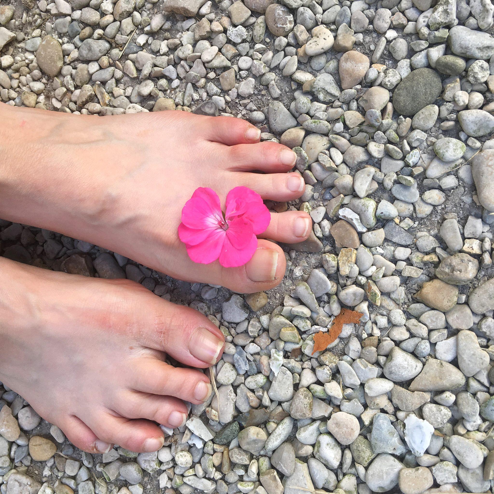 Refleksologia i chodzenie bosą stopą po naturalnym podłożu.
