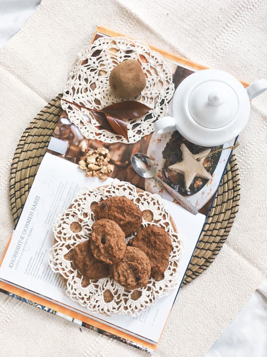 Bezglutenowe ciastka z ciecierzycy z czekoladą.