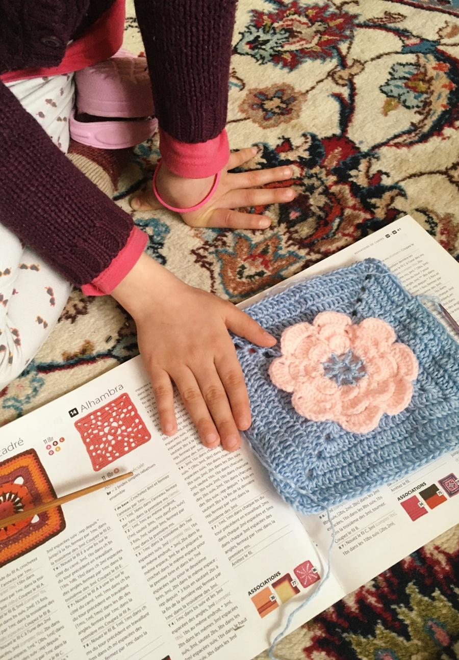 Szydełkowa torebka z kwiatkiem w formie nenufaru.