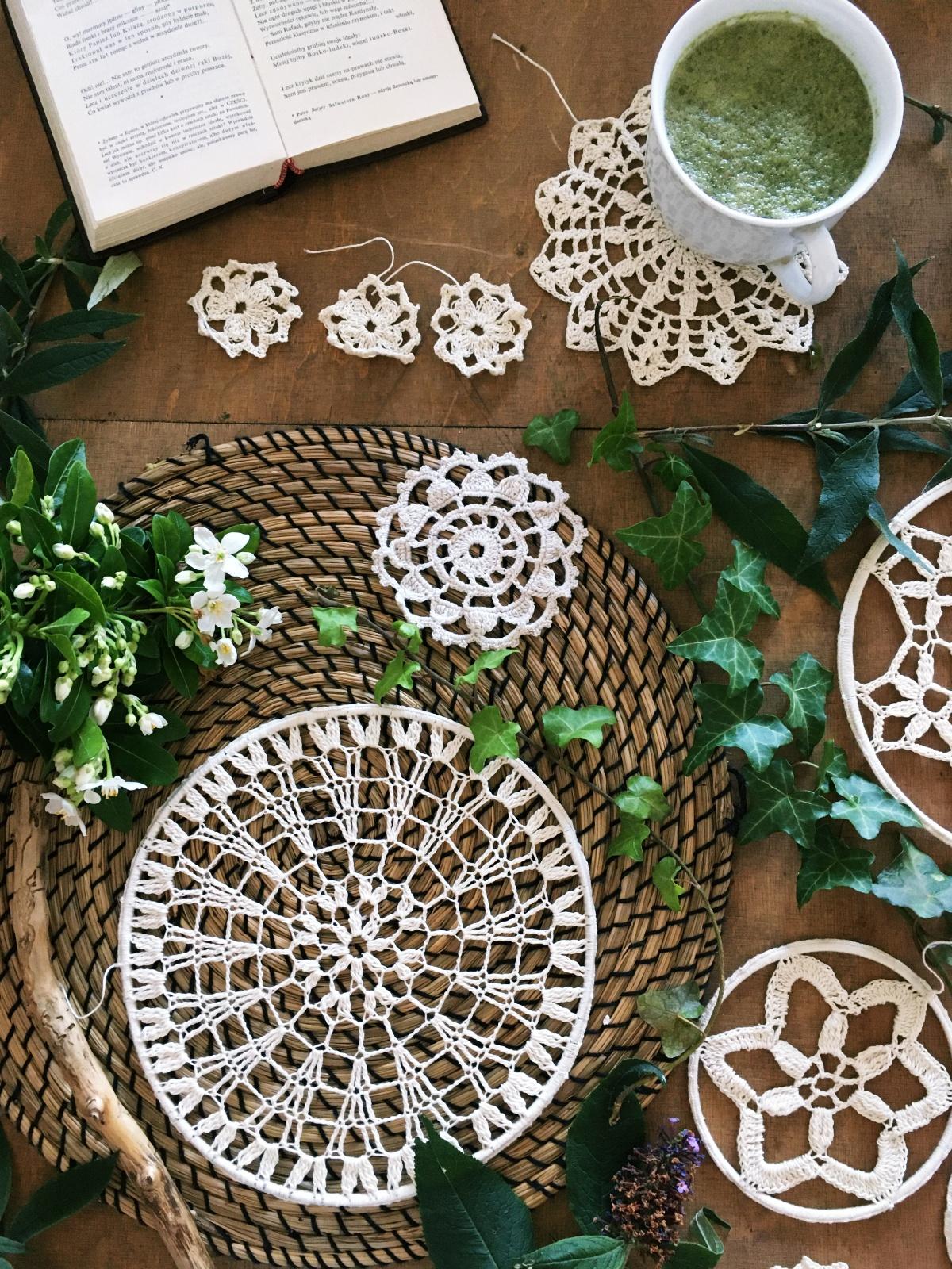 Szydełkowy łapacz snów, albo podkładka dekoracyjno - izolacyjna na stół.