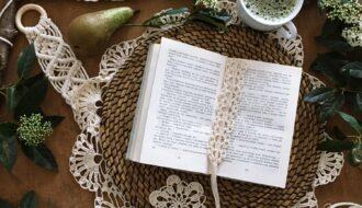 Szydełkowa zakładka do książki. Wzór do przerobienia dla początkujących. Sympatyczny prezent zrobiony na szydełku.