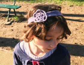 Szydełkowa opaska na włosy dla dziewczynki z kwiatkiem